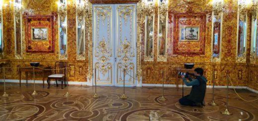 Filmar en la sala de ambar en el palacio en San Petersburgo