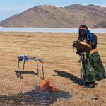 Filmar un chaman en el lago Baikal en Rusia